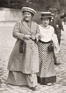 Η Κλάρα Τσέτκιν (αριστερά) μαζί με τη Ρόζα Λούξεμπουργκ, 1910